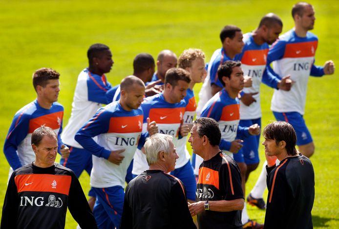 De assistenten Frank de Boer en Phillip Cocu staan Bert van Marwijk en Cookie Voorn bij op de ochtendtraining.