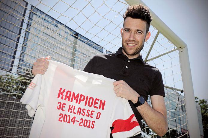 PVH Venhorst afzwaaiend Venhorst captain Tom van den Boogaard met het 3de klasse D kampioensshirt seizoen '14 - '15.