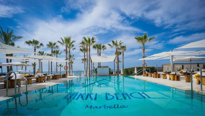 Onder andere op Nikki Beach in Marbella vind je ook designparasols van Umbrosa.