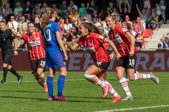 Anika Rodriguez schreeuwt het uit nadat ze PSV op voorsprong heeft gezet. Desiree van Lunteren (r) en Jeslynn Kuijpers (l) juichen mee.