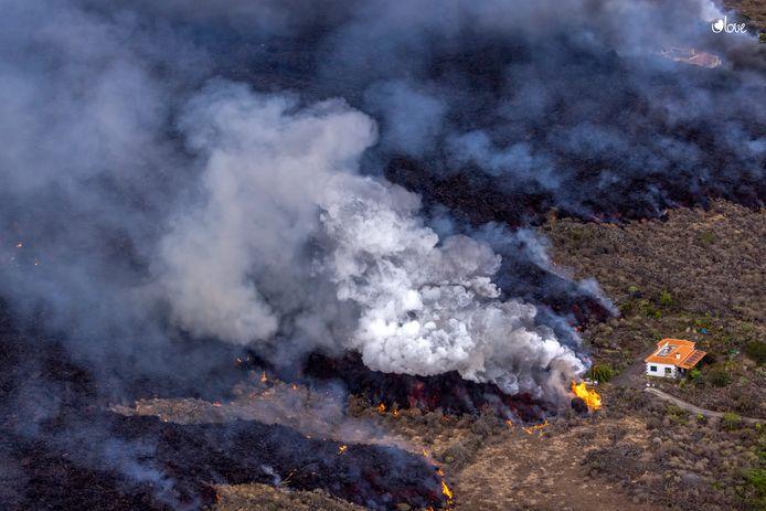 Lavastroom door de vulkaanuitbarsting op het Canarische Eiland La Palma.