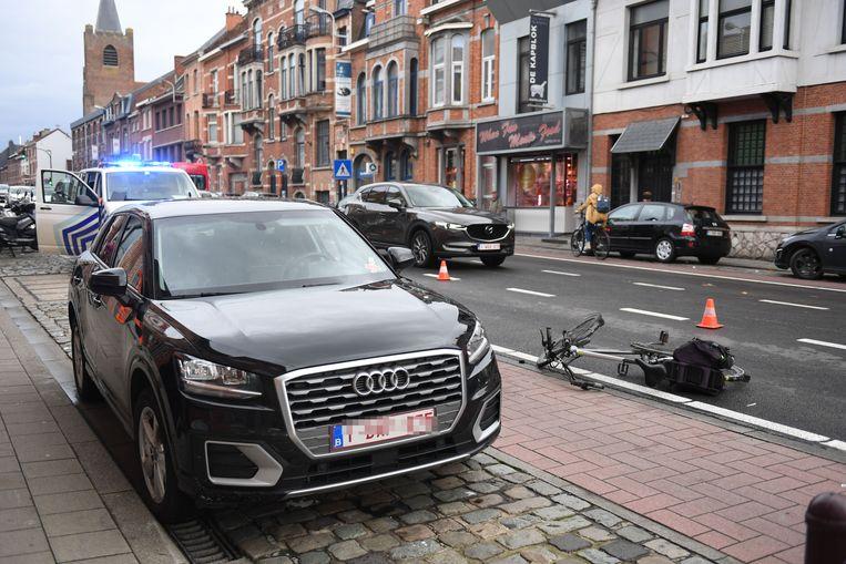 De fietser botste tegen het openzwaaiend portier van de Audi langs het fietspad.