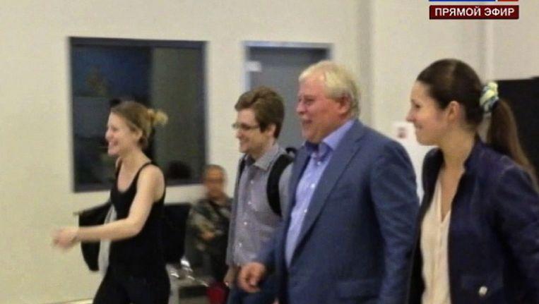 Snowden verlaat het vliegveld in Moskou. Beeld ap