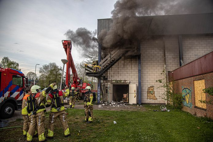 Bij de brand in de leegstaande Stilohal maandagavond kwam veel rook vrij.