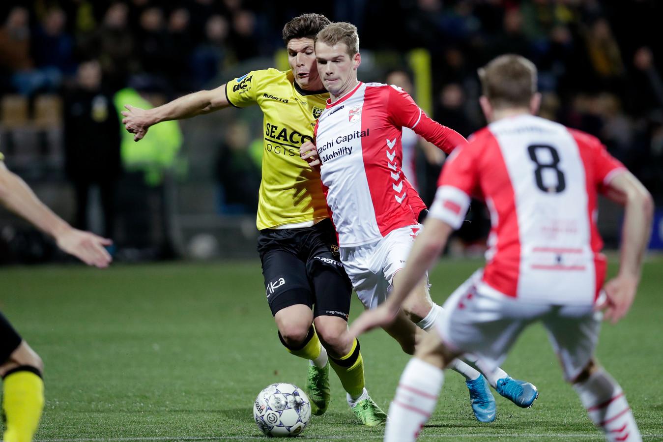 Danny Post in duel met Nikolai Laursen van FC Emmen.