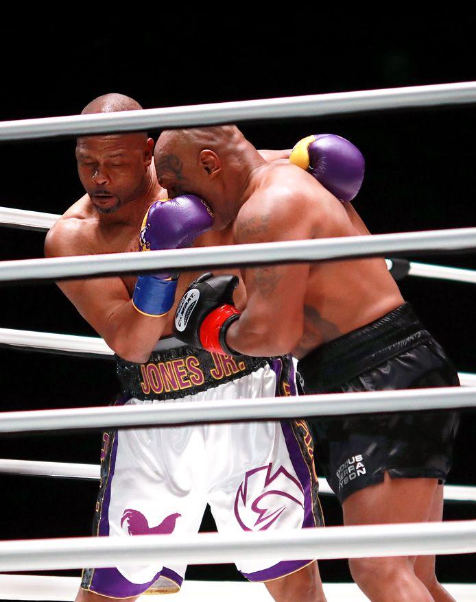 Roy Jones, Jr. (links) en Mike Tyson.