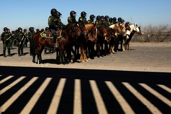 Mexicaanse agenten aan de grens met de Verenigde Staten.