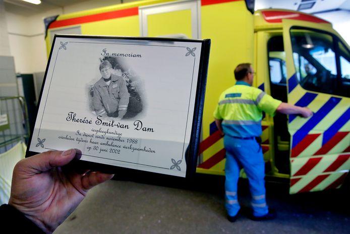 In de ambulancepost in Zwijndrecht herinnert een plaquette aan hun doodgereden collega Thérèse Smit.