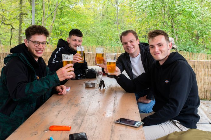 Jonas, Raf, Sander en Dries klinken op hun eerste terrasje van het jaar