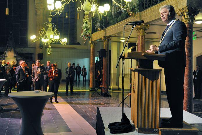 Een nieuwjaarsreceptie zonder speech is geen nieuwjaarsreceptie. Hier spreekt burgemeester Petter van Bergen op Zoom zijn beste wensen uit.