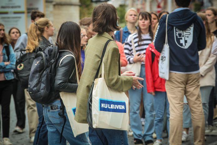 Her en der zijn de kenmerkende zakjes van de KU Leuven te spotten in het straatbeeld.