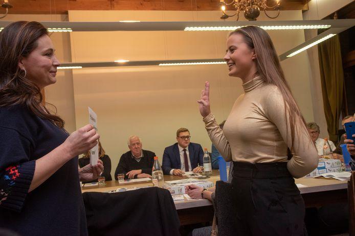 Installatieraad Oosterzele. Louise Van Hoorde (19) is het jongste raadslid in de gemeenteraad.