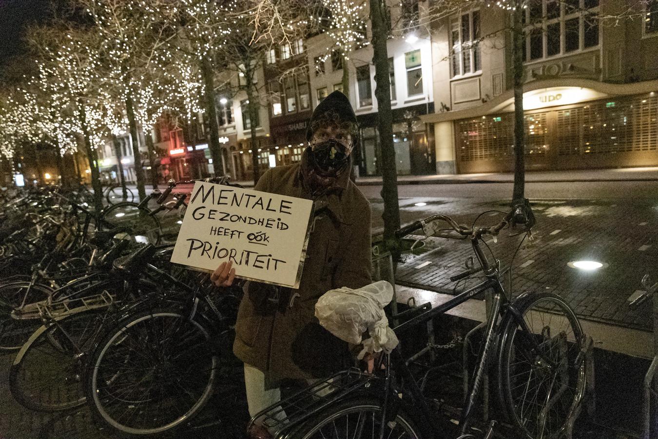 Student Sven hield samen met twee vrienden een korte protestactie op de Leidse Beestenmarkt. 'Voor het eerst burgerlijk ongehoorzaam, want een avondklok gaat te ver.'