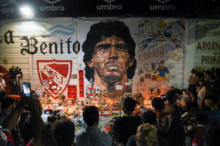 Mensen komen samen bij het Diego Armando Maradona stadion in Buenos Aires.  Beeld Reuters