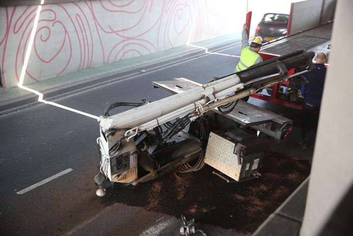 Kraan valt van vrachtwagen na botsing met viaduct.