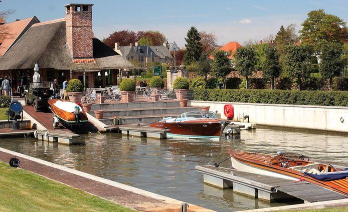 Wie naar het zomerterras van Gulden Spoor komt, kan er ook met een speedboot aanmeren. Archiefbeeld.