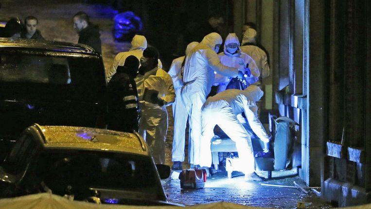 Verviers, 15 januari 2015, rue de la Colinne. Forensische speurders aan het werk in het pand waar eerder op de avond twee terroristen werden uitgeschakeld. Beeld REUTERS