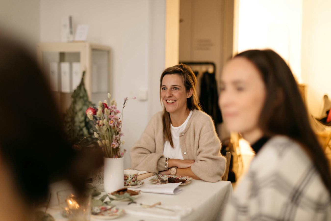 Psychologe Lotte Smets is gespecialiseerd in interview-technieken. Ze houdt zowel sessies over de kracht van het moederschap als moeder-kindsessies.
