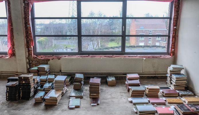 In de site Transfo in Zwevegem zijn enkele vrijwilligers van de Vlaamse Vereniging voor Industriële Archeologie zo'n 30 ton aan oude boeken, tijdschriften en andere publicaties aan het inventariseren.
