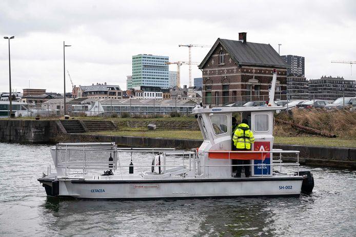 """De Antwerpse dienst Stadshaven heeft een nieuw vaartuig gekocht om afval te ruimen in de dokken van het Eilandje. Het bootje kreeg de naam Cetacea. Dat betekent letterlijk: """"walvisachtige""""."""