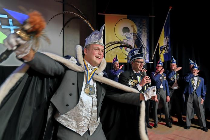 Bekendmaking nieuwe prins carnaval in Made. Vanaf nu zwaait prins Tommes dun Irste er de scepter.