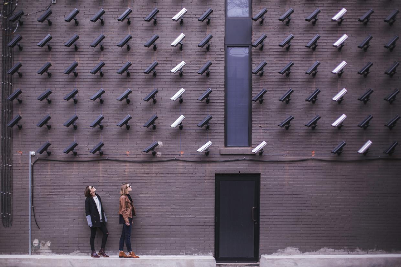 Surveillance-expert Pete Fussey: 'Wie voorbij camera's met gezichtsherkenning loopt is een potentiële verdachte' Beeld Matthew Henry via Unsplash