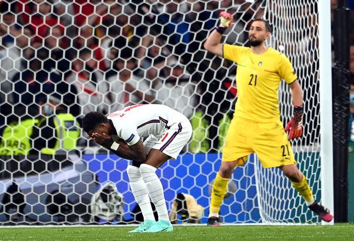 Marcus Rashford (links) reageert na zijn gemiste strafschop tegen Italië.