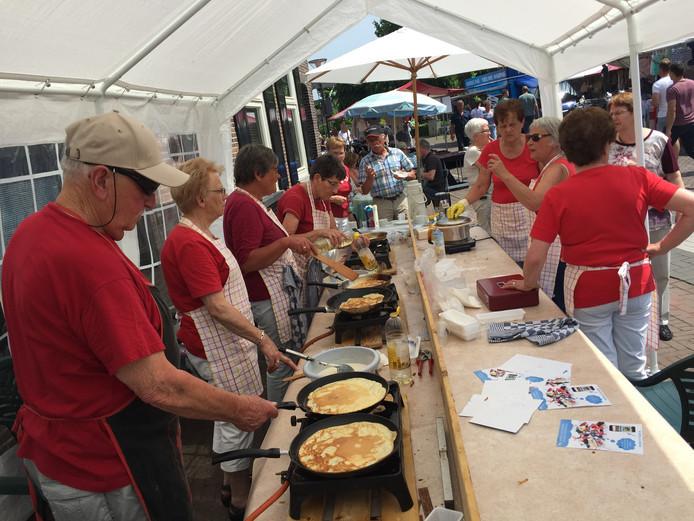Een topper uit de 60-jarige geschiedenis: de KBO bakt pannenkoeken tijdens het evenement 'Volkel in de Wolken' dat inmiddels ter ziele is.