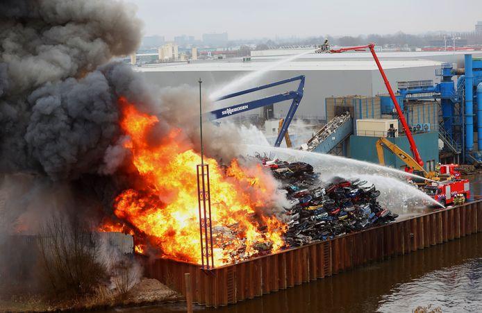 De brandende berg schroot bij AVI Den Bosch.
