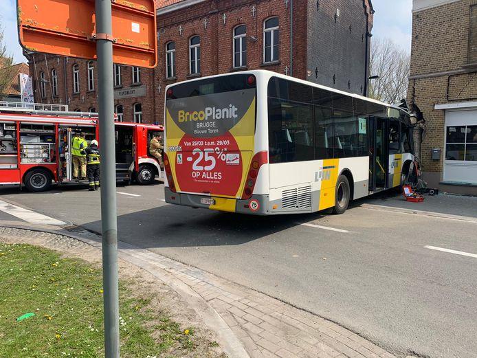 Op 20 april reed een bus van De Lijn tegen de hoek van de gevel van bistro La Gare in Gistel.