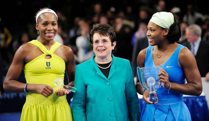Maart 2009: met zus Venus en ex-speelster Billie Jean King, voorvechtster voor gelijk prijzengeld tussen mannen en vrouwen in het tennis, tijdens een demonstratiewedstrijd tussen de twee zussen op de Billie Jean King Cup in Madison Square Garden.