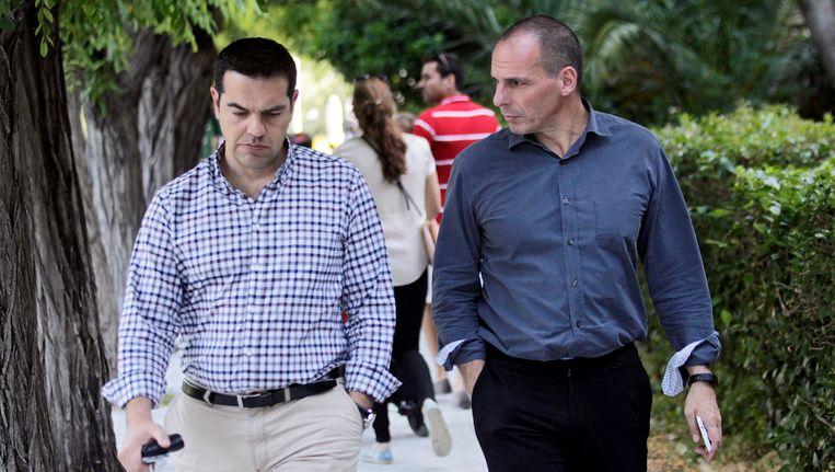 Grieks premier Alexis Tsipras en Grieks minister van Financiën Yanis Varoufakis (rechts) op wandel in Athene, afgelopen zaterdag.