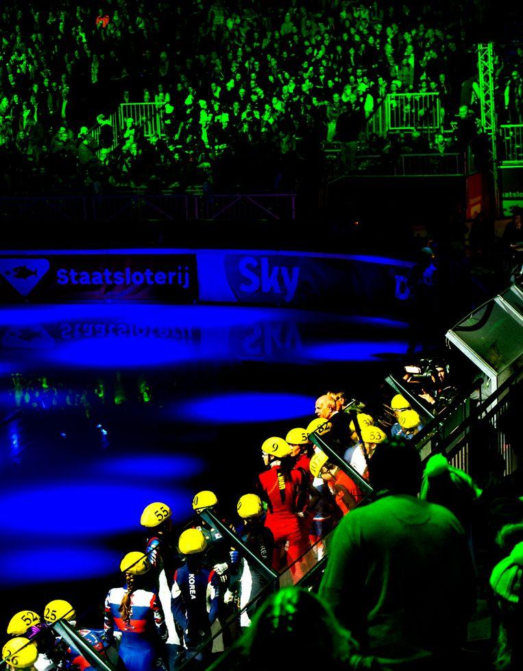 Deelnemers aan de aflossingsrace van een wereldbekerwedstrijd in Dordrecht (2018) worden met een lichtshow gepresenteerd. Beeld Klaas Jan van der Weij / de Volkskrant