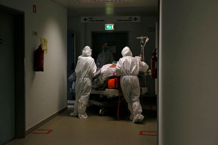 Een patiënt wordt naar de IC gereden in een ziekenhuis in Portugal. Beeld REUTERS
