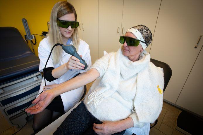 Low-level lasertherapie bij borstkankerpatiënten bij LCRC (UHasselt-Jessa en Ziekenhuis Oost-Limburg). Op de foto doctoraatsstudente Joy Lodewijckx met patiënte Maggie Smets.