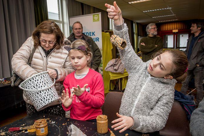 Kinderen leerden dat je met een wc-rolletje en wat pindakaas al een mooi winterhapje voor vogels kunt maken