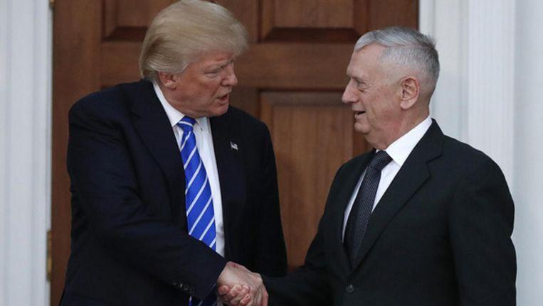 President-elect Trump schudt beoogd minister van Defensie James Mattis de hand. Beeld ap