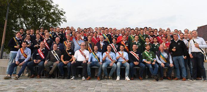 Oud-studenten van de West-Vlaamse Gilde (WVG) uit Leuven. Zittend zie we alle WVG-vertegenwoordigers met (vlnr- Thibault Polfliet (Oostendse), Stefaan Verhamme (Kortrijkse), Dominic Duthoit (Mandel), Marc Leeman (Westland), Michiel Vandewalle, Wouter De Stoop, Karel Thurman en Lander De Stoop van Waregemse, Pieter Toye (Meense), Maarten Vander Stichele (Izegemse) en Koen Brysbaert (Brugse)