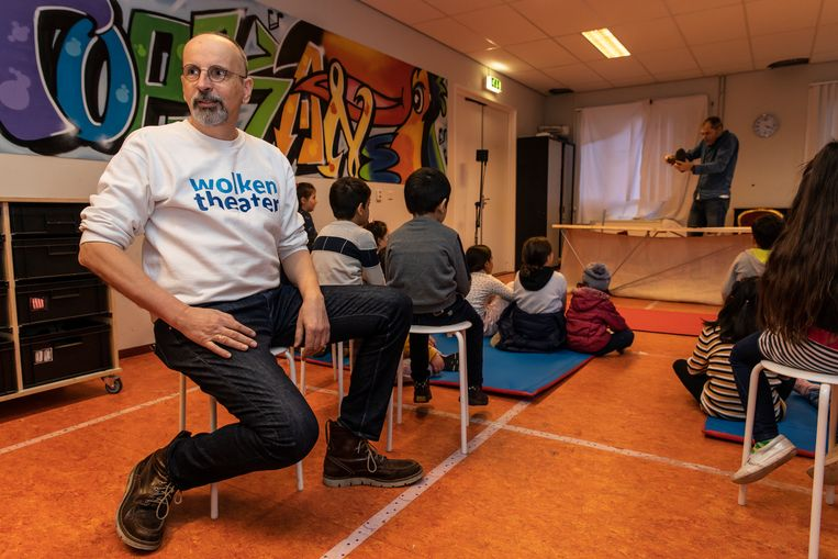 Adrijan Rakić in azc Almere: 'We gebruiken bijna geen woorden, waardoor alle kinderen er plezier aan beleven.'  Beeld Dingena Mol