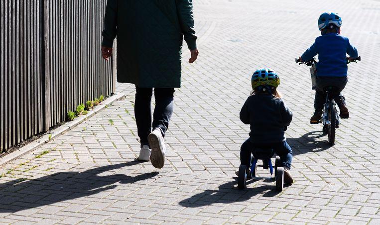 Fietshelmen, 'degelijk!' schreeuwend kinderschoeisel: Duitse ouders doen er alles aan om hun kinderen voor gevaar te behoeden. Beeld DPA