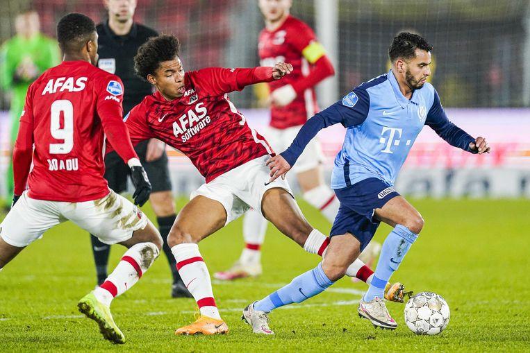 Calvin Stengs tracht de bal weg te tikken voor de voeten van Adam Maher van FCUtrecht. Beeld ANP