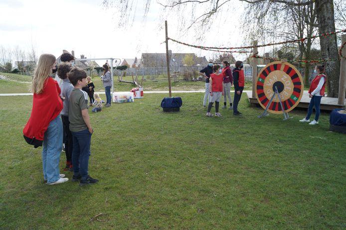Om de beurt konden de kinderen uit de bubbels raden op welk kleur het rad zou komen. Dat deden ze van op een veilige afstand.