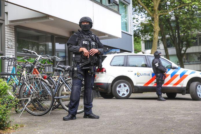 Zwaar bewapende agenten bij een inval in Overvecht.