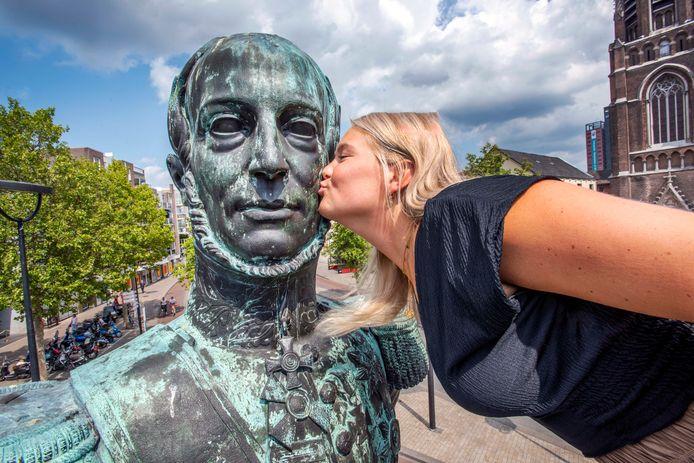 Fleur van der Linden was er donderdag als de kippen (of beter: duiven) bij om koning Willem II te kussen.