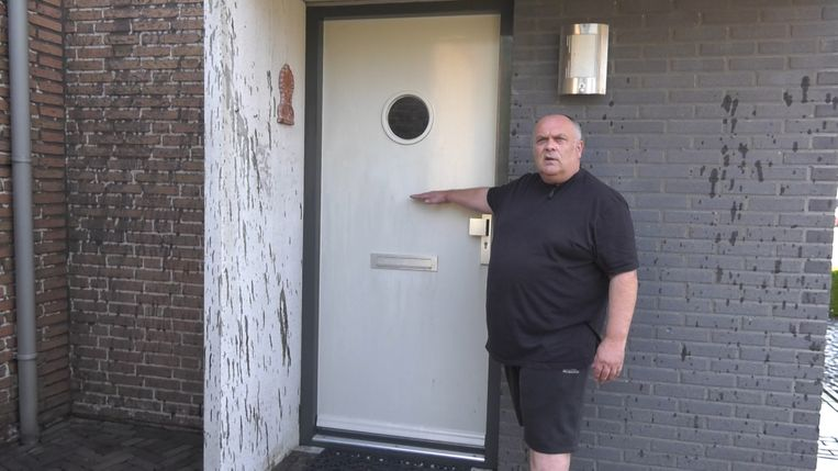Corné Klerkx bij zijn besmeurde huis.