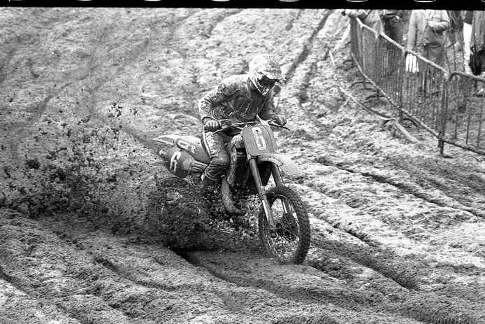 Dave Strijbos baant zich een weg door de blubber tijdens de Osse grand prix in 1985 op De Witte Ruijsheuvel.