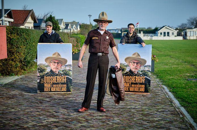 John Buijsman voert als 010 Sheriff actie voor behoud van het Recreatieoord in Hoek van Holland. Achter hem staan Dave Pols (links) en Bradley de Jong.