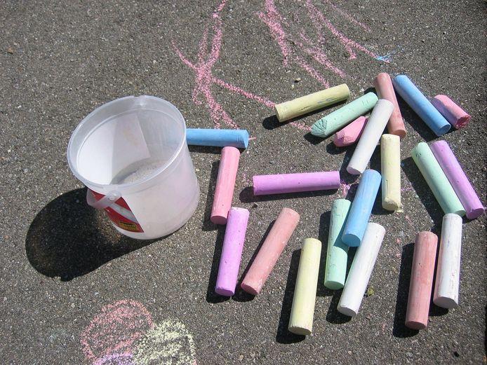 Kinderen mogen buiten spelen maar niet in te grote groepen.
