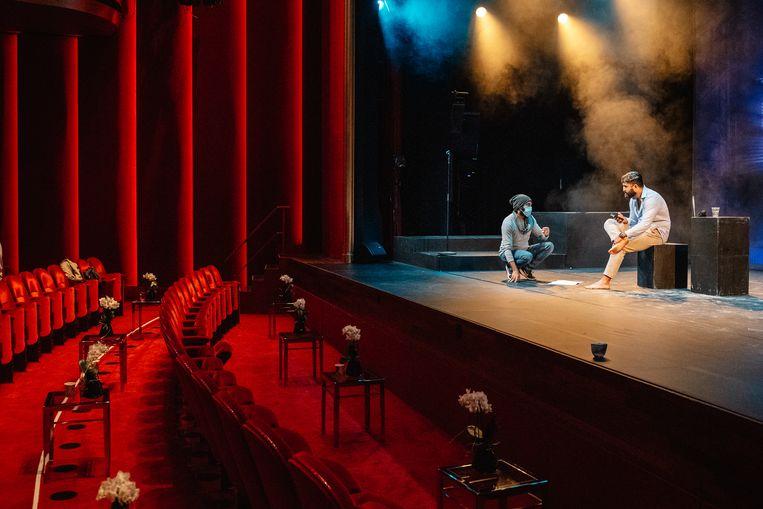 Voorbereidingen voor de laatste try-out van Onvoorspelbaar verleden van Saman Amini en Nima Mohaghegh in het Theater DeLaMar. Beeld Simon Lenskens
