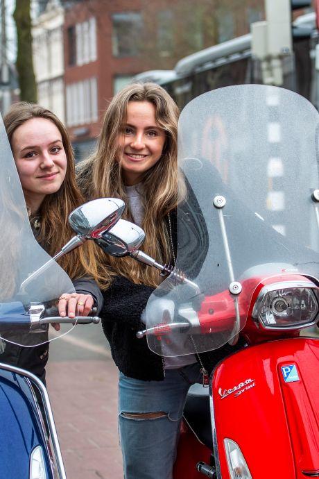Straks verplicht met een snorfiets op de rijbaan: Sarah en Laura vinden het doodeng (dus begonnen ze een petitie)